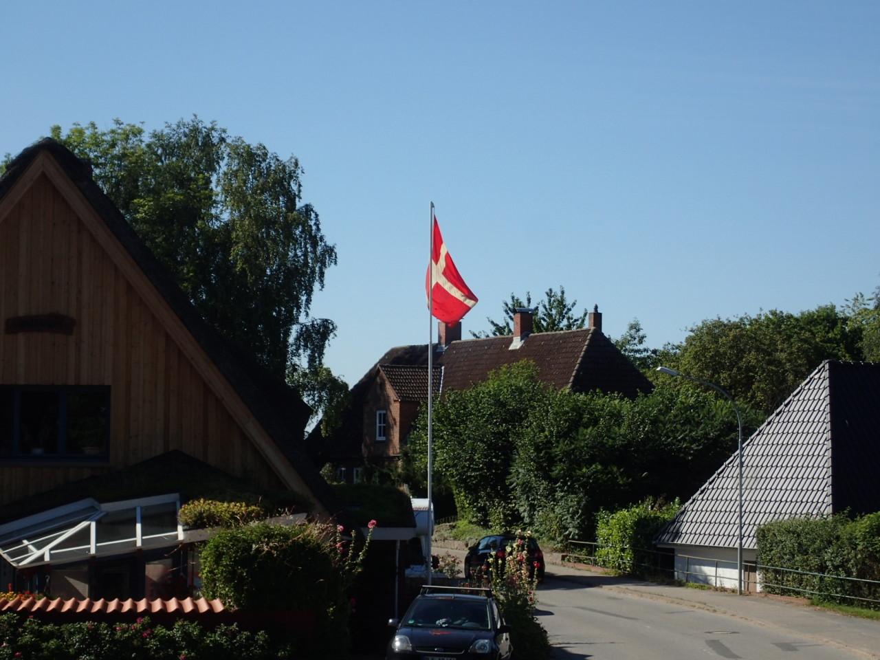 Hus med dansk flagg
