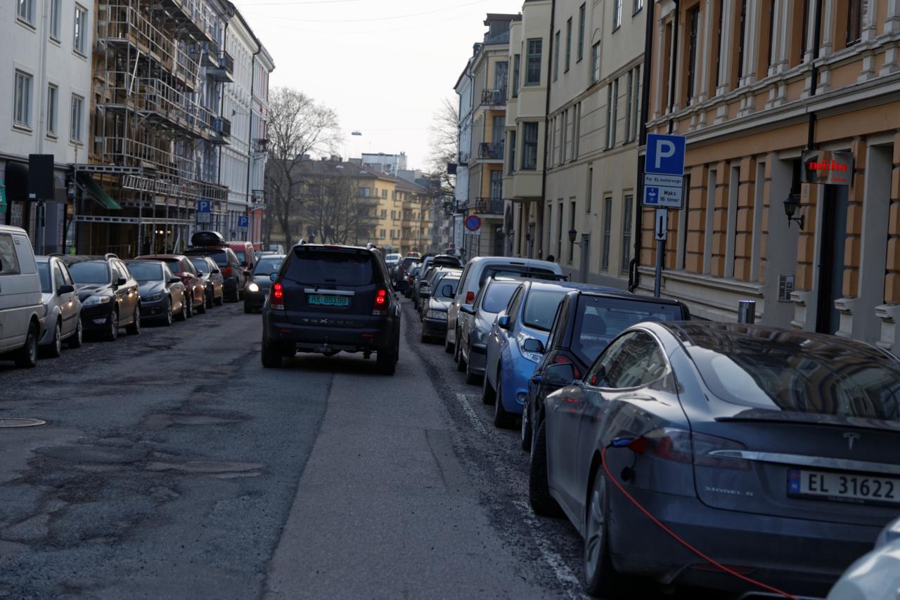 Neuberggt. Dette skulle være en del av hovedsykkelveinettet. Men man har prioritert gateparkering. Deneneste nye tilrettelegging, i hovedsykkelveinettet, er for elbil. Ikke sykkel.