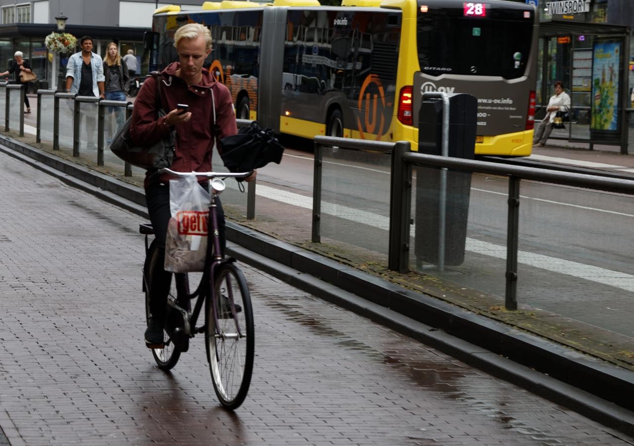 Syklist med mobiltelefon, Utrecht