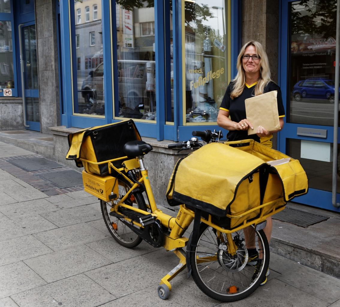 Postbud med elsykkel