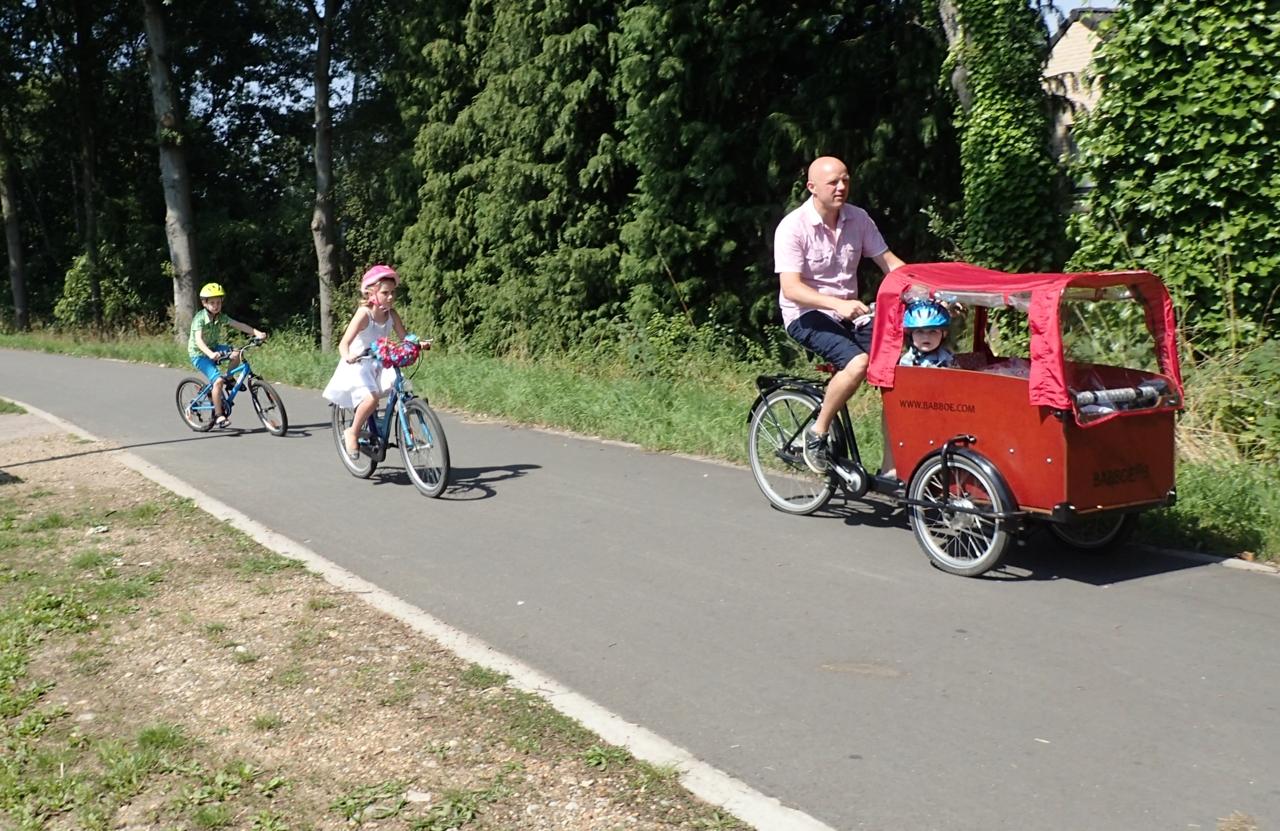 Familie på sykkeltur.
