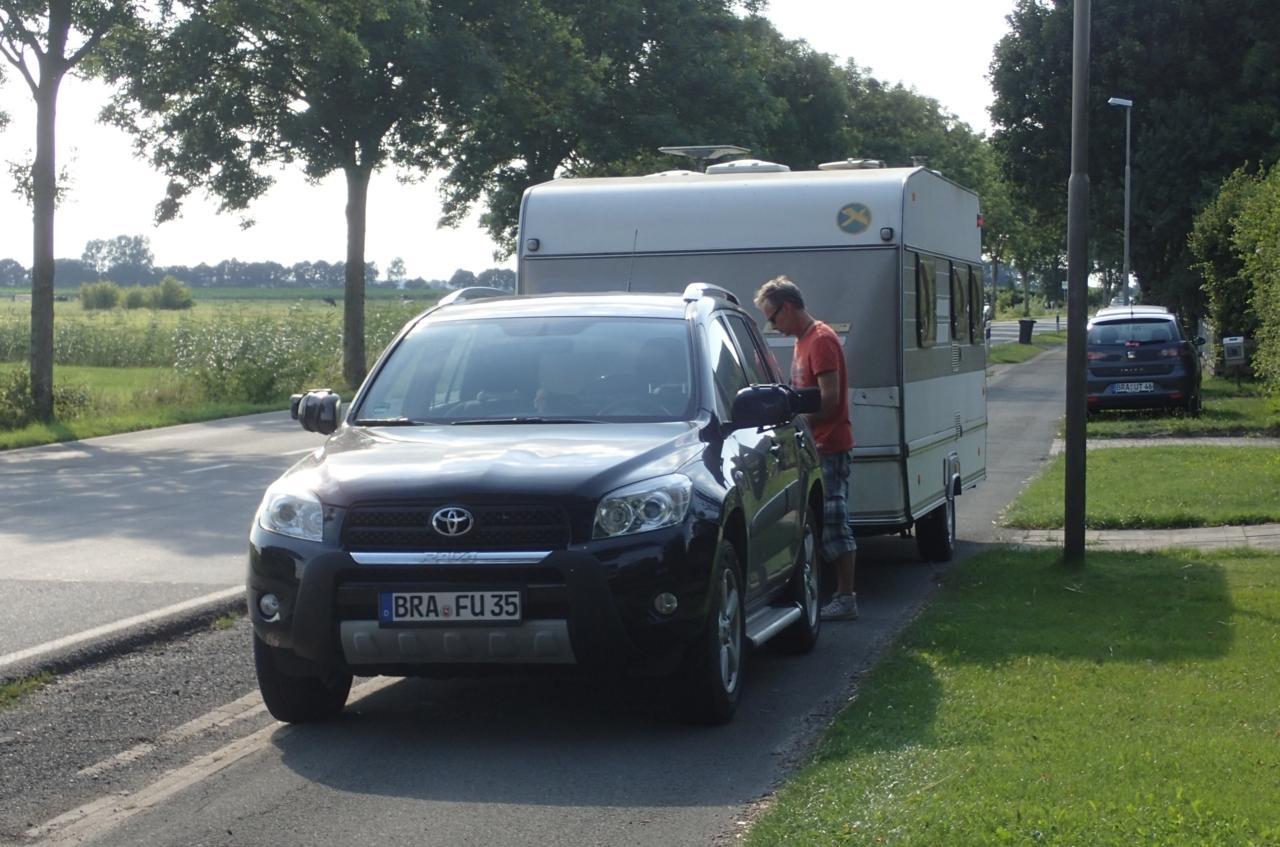 Bil med campingvogn i sykkelfelt