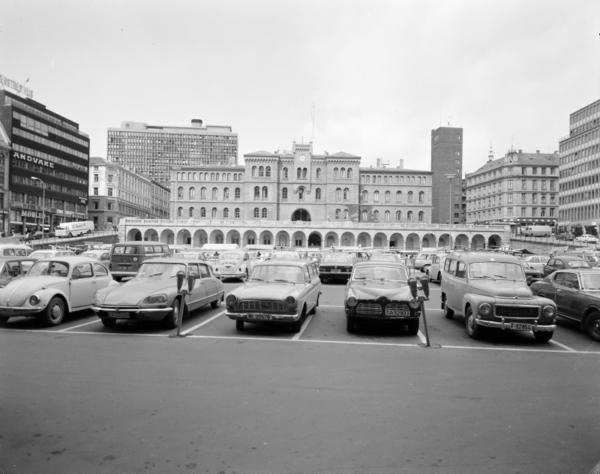Norge, Oslo; Utsikt til Møllergata 19 fra Youngstorget. Mange biler står parkert på torget. Påskrift på film; II. *** Local Caption *** Viksjø, Erling